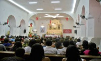 Fiéis lotam igreja para missa da virada