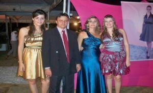 casal Jeová e Luciana Bonfim ladeados pelas duas filhas