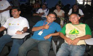 Welton Ferreira ladeado pelo presidente da APCDEP Manoel Ramos e do narrador esportivo Edson Costa.