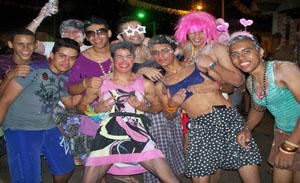 Os foliões desfilaram pela cidade vestidos com as mais diversas fantasias.