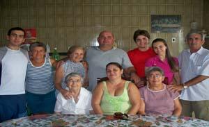 Dona Fransquinha Rêgo ladeada pelos familiares.