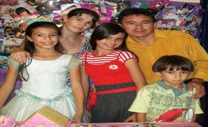 Emanuelle ladeada pelos pais Tina e Guedes e irmãos