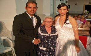 Ao centro ela abençoa o casamento da neta Antônia Liz