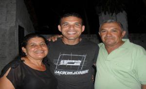 O craque ladeado pelos pais Santana e Luiza Ferreira