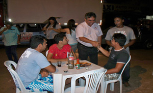 Jorge Lopes cumprimentando populares