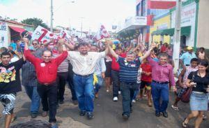 O governador realizou uma caminhada durante sua passagem pela cidade