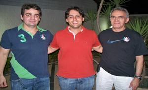 O candidato Flavio Nogueira ladeado pelos médicos Antônio e Pedro Bomfim