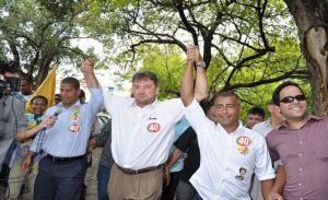Governador Wilson Martins ladeado pelos craques Romario e Marcelino Carioca.