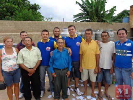 Soares Filho e os ganhadores que estavam presentes ao sorteio
