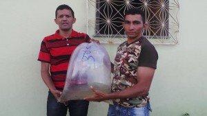 Sec. Reinaldo Paiva entreganado alevinos aos agricultores