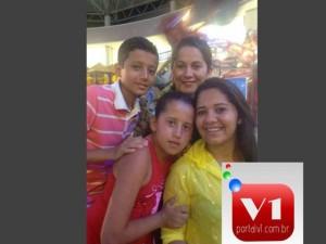 Jovenila acompanhada dos tres filhos
