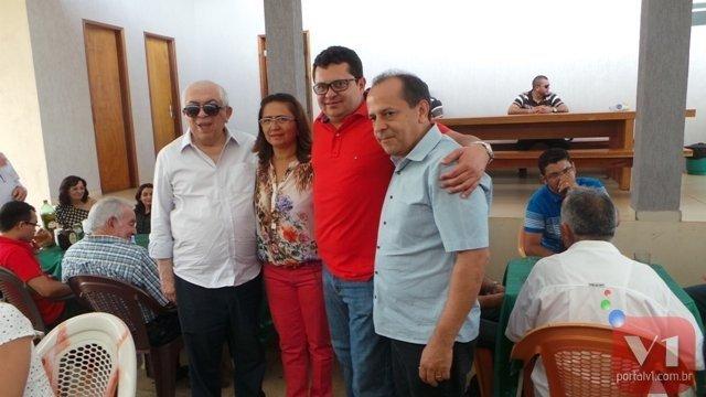 Prefeito Venicio do Ó ladeado pelos deputados Paes Landim e Helio Isaias e a vice Lucia Lacerda