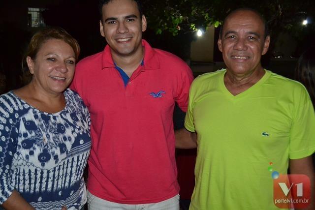 o casal comemorou a aprovação do filho em sua residência entre amigos e familiares