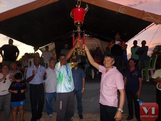 A equipe campeã recebeu o troféu das mãos do empresário Marcelo Costa