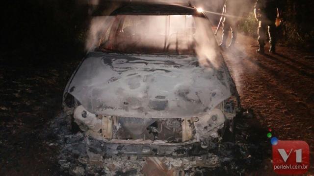 Na fuga os criminosos queimaram um veículo Strada no acesso para a cidade de São José.
