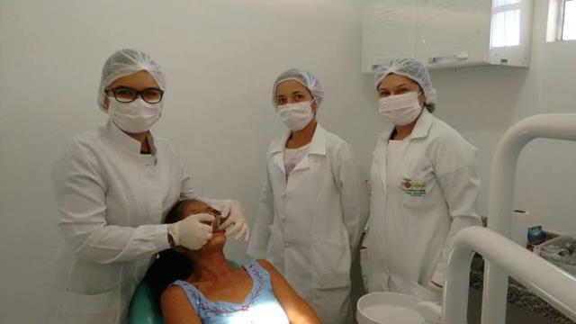 Drª Raunya Bezerra e sua equipe